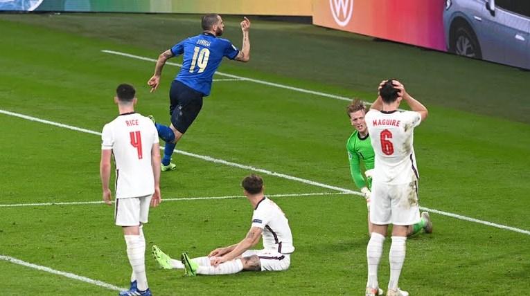 Leonardo Bonnuci (19) pemain belakang Italia berlari melakukan selebrasi sesaat setelah menyarangkan bola ke gawang Inggris dalam laga final Piala Euro 2020 di Wembley Stadium, Senin (12/7/2020) dini hari. ISTIMEWA/LINGKAR.CO
