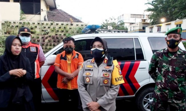 Kapolres Pelabuhan Tanjung Perak Surabaya AKBP Ganis Setyaningrum (tengah) memberikan keterangan pers saat pengumuman penetapan tersangka pemilik warkop yang menyebabkan perlawanan massa terhadap petugas PPKM darurat di Surabaya, Minggu (11/7/2021). ANTARA/LINGKAR.CO