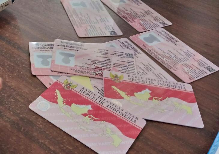 TERIMA: Sejumlah kartu Identitas Anak (KIA) berhasil di terima warga Kecamatan Juwana, Kabupaten Pati beberapa waktu yang lalu. (IBNU MUNTAHA/LINGKAR.CO)