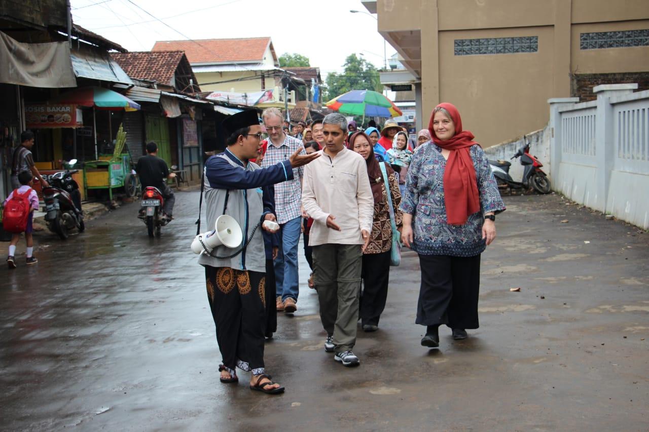 KOMPAK: Tampak komunitas jelajah pusaka Kajen ketika mendampingi pengunjung dari luar negeri. (ISTIMEWA/LINGKAR.CO)