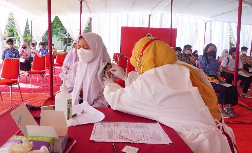 KEGIATAN: Pelaksanaan vaksinasi. Saat ini, stok vaksin di Kota Semarang, telah menipis sejak minggu lalu. (DINDA RAHMASARI TUNGGAL SUKMA/LINGKAR.CO)