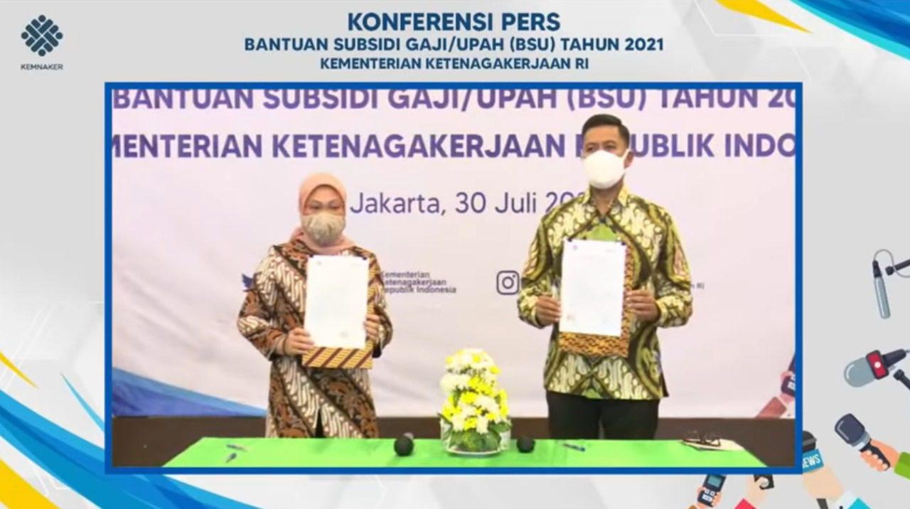 PENERIMAAN: Menteri Ketenagakerjaan (Menaker) Ida Fauziyah, dan Dirut BPJS Ketenagakerjaan, Anggoro Eko Cahyo, usai serah terima data calon penerima BSU, di Jakarta, Jumat (30/7/2021). (ISTIMEWA/LINGKAR.CO)