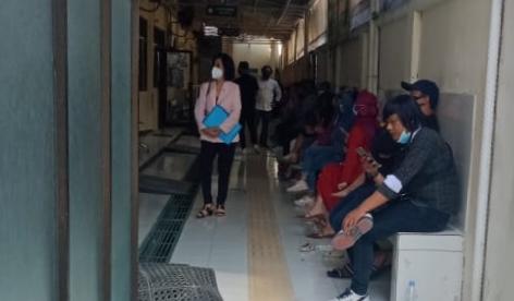 TERLIHAT: Antrian masyarakat yang menunggu sidang di Pengadilan Negeri Semarang, Senin (5/7/21). (DINDA RAHMASARI/LINGKAR.CO)