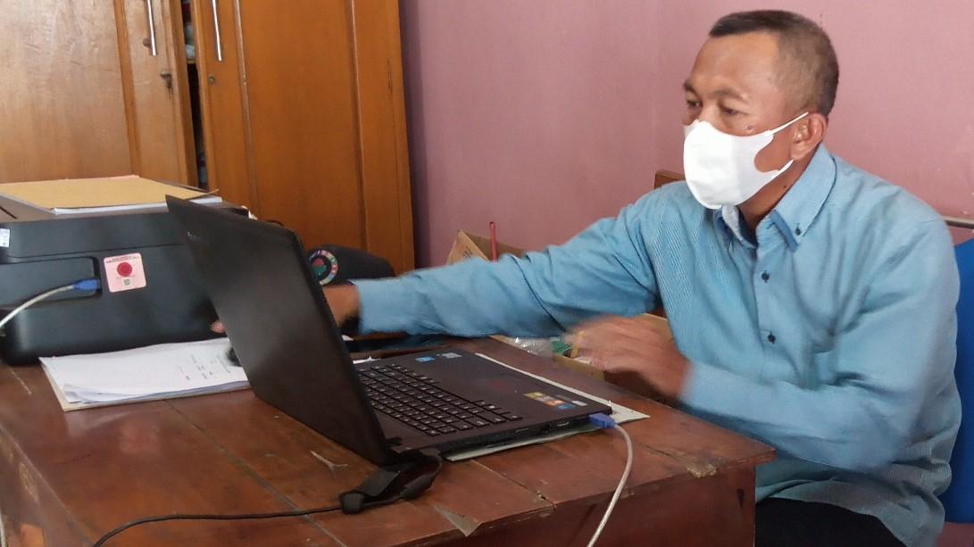 INPUT: Kasi Pelayanan Desa Mangunlegi Kecamatan Batangan Sukaryono, sedang membuat surat pengantar dari desa permintaan warga dikantor desa belum lama ini. (IBNU MUNTAHA/LINGKAR.CO)