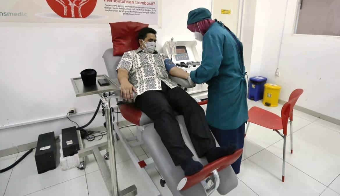 Wagub Jateng Taj Yasin Miamoen, saat proses pengambilan plasma konvalesen menggunakan metode apheresis di Unit Donor Darah (UDD) PMI Kota Semarang, Selasa (13/7/2021). REZANDA AKBAR D/LINGKAR.CO