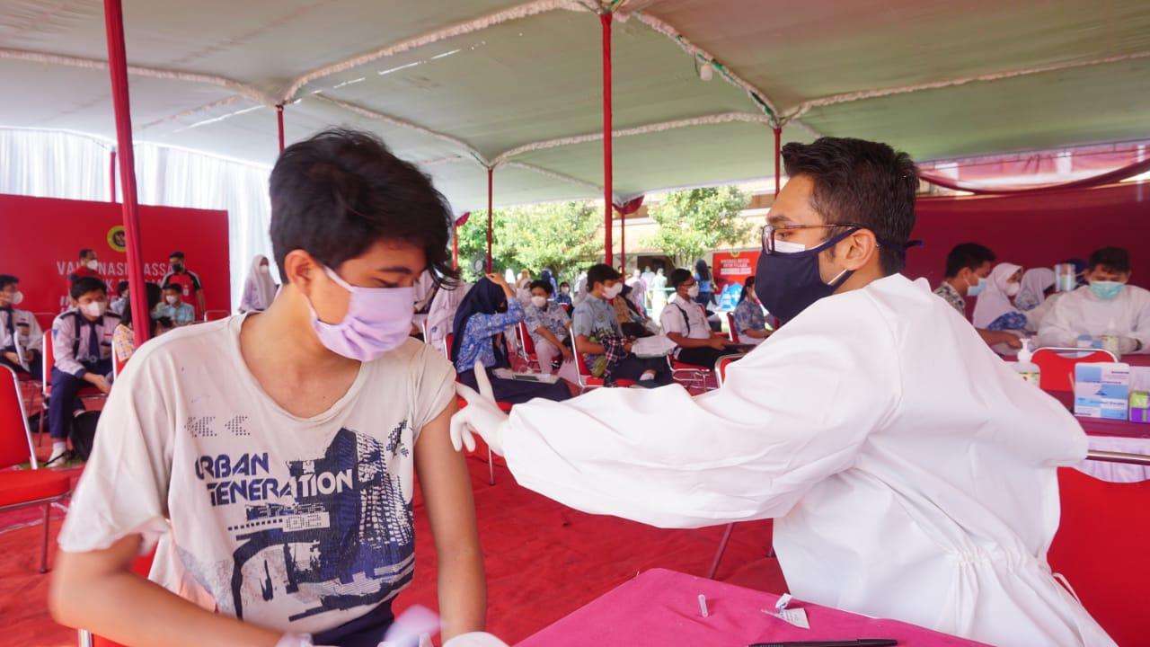 Proses pelaksanaan vaksinasi pelajar di Kota Semarang, Rabu (14/7/2021). FOTO : Dinda Rahmasari Tunggal Sukma/Lingkar.co