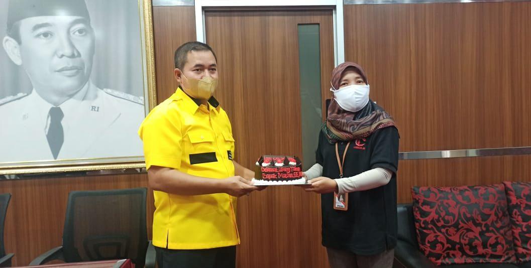 Wadirut Lingkar Media Group Henny Susilowati menyerahkan sebuah kejutan kue ulang tahun untuk Ketua DPRD Kabupaten Kudus Mas'an. Hari ini Ketua DPRD tersebut berulang tahun ke 44 tahun. DIMAS EL-SHIHAB/KORANLINGKARJATENG/LINGKAR.CO