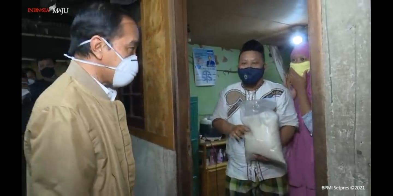 Presiden Joko Widodo turun langsung Salurkan bantuan sosial dan Paket Obat ke masyarakat. Setpres/Lingkar.co