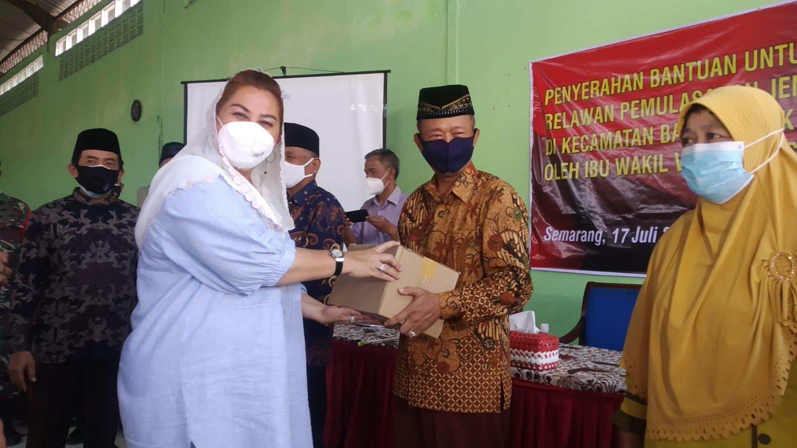 Wakil Wali Kota Semarang, Hevearita Gunaryanti Rahayu, menyerahkan bantuan kepada perwakilan relawan, di Kantor Kelurahan Sumurboto, Kecamatan Banyumanik, Semarang. Sabtu (17/7/2021). FOTO: Dinda Rahmasari Tunggal Sukma/Lingkar.co