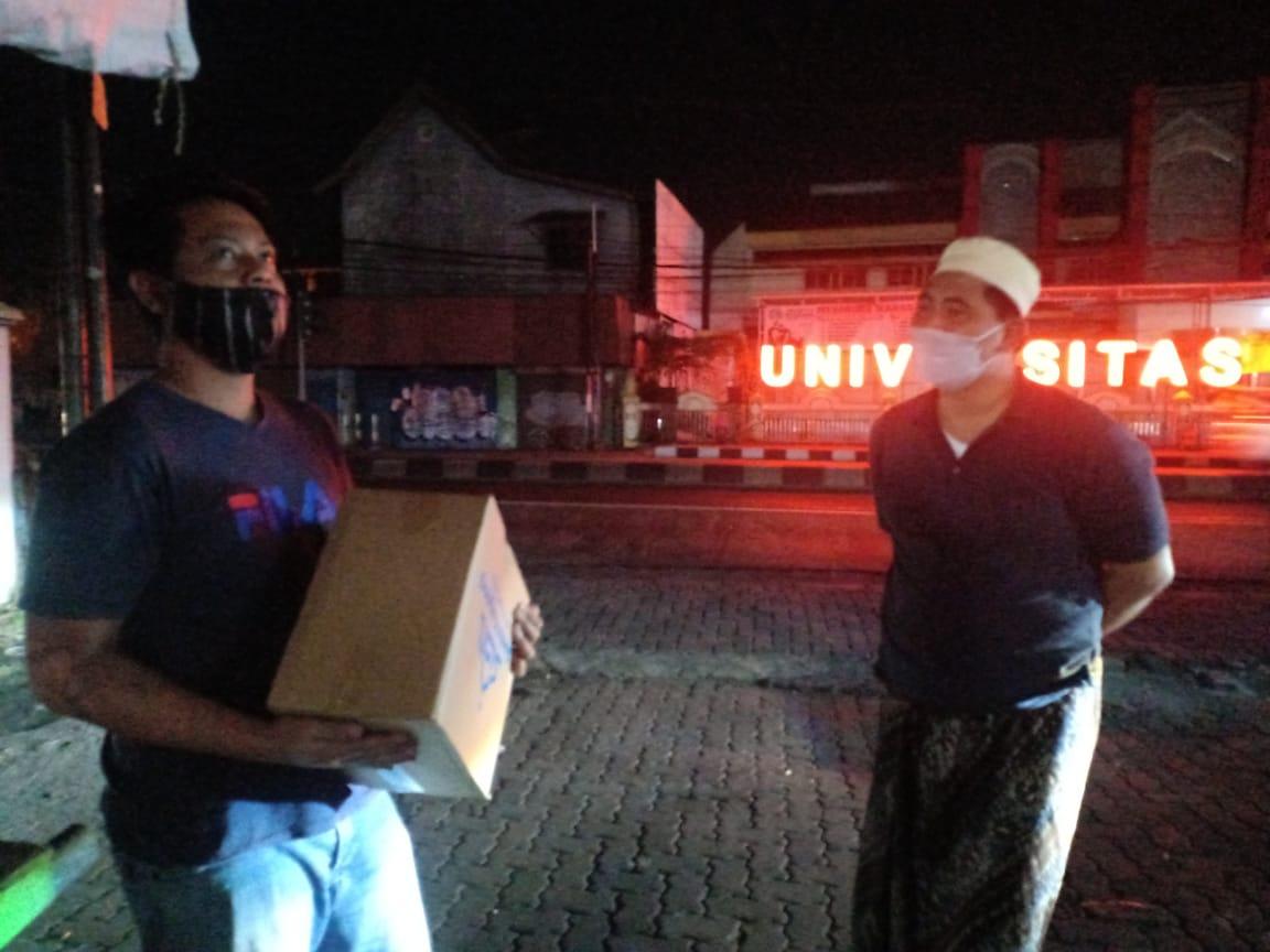 Wakil Gubernur Jawa Tengah Taj Yasin Maimoen (Gus Wagub) saat menyerahkan bantuan sembako kepada para pedagang kaki lima di kawasan Banyumanik Kota Semarang, pada malam Iduladha kemarin. REZANDA AKBAR D/LINGKAR.CO