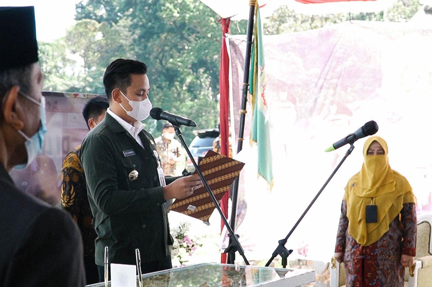 Bupati Kendal Dico M Ganundito saat melantik 326 ASN di TPS Darupono, Jumat (27/8/2021). WAHYUDI/LINGKAR.CO