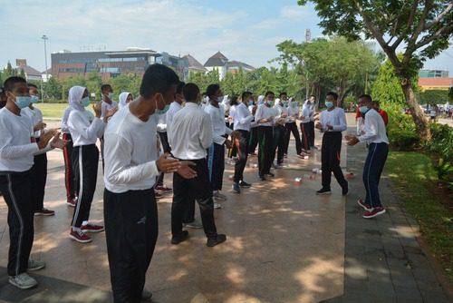 LAKUKAN: Sebanyak 35 anggota Paskibra Jateng, bersiap latihan di Lapangan Pancasila Semarang, Jateng, Kamis (12/8/2021) pagi. (DINDA RAHMASARI/LINGKAR.CO)