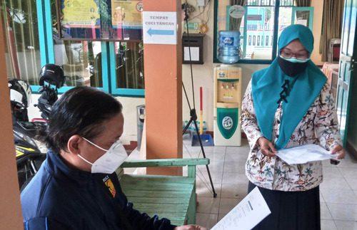 ILUSTRASI: Perangkat desa sedang menunggu pemohon surat pengantar dari desa untuk melakukan pemeriksaan pada persyaratan berkas pengajuan. (IBNU MUNTAHA/LINGKAR.CO)