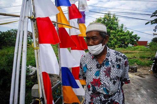 SOSOK: Lamiono, penjual bendera musiman di Jalan Protokol Brigjen Sudiarto, Kota Semarang, Kamis (12/8/2021). (DINDA RAHMASARI/LINGKAR.CO)