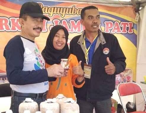 INOVATIF: Murni (41), warga Desa Jamban Kidul, Margorejo Pati berinovasi ciptakan produk olehan dari jamur. (ISTIMEWA/LINGKAR.CO)