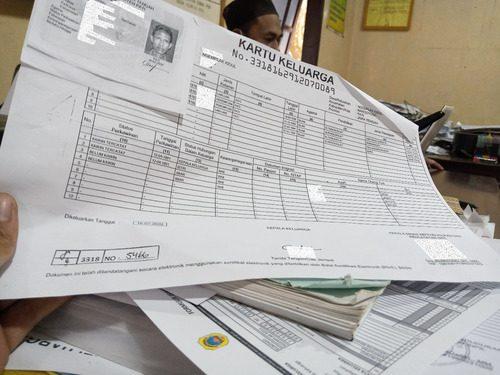 ILUSTRASI: KK dan KTP fotokopi milik masyarakat. (IBNU MUNTAHA/LINGKAR.CO)