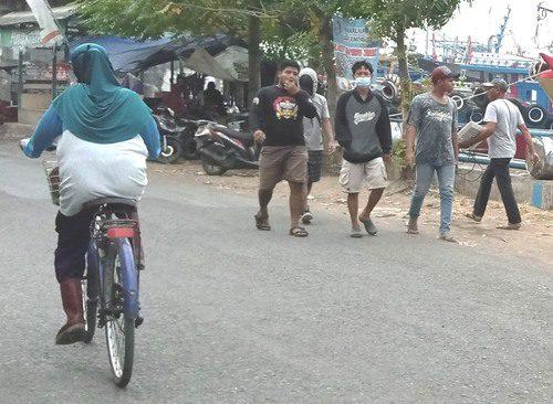 ILUSTRASI: Aktifitas masyarakat Desa Bajomulyo, Kecamatan Juwana pada wilayah tambat kapal Sungai Juwana. (IBNU MUNTAHA/LINGKAR.CO)