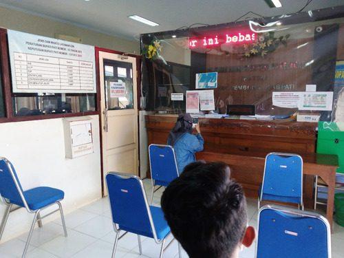 JAGA JARAK: Suasana pelayanan masyarakat pada Kantor. (IBNU MUNTAHA/LINGKAR.CO)