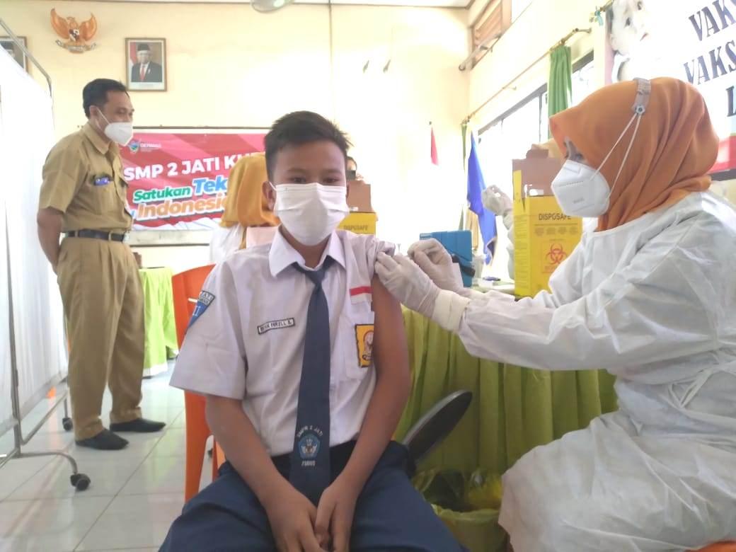 DIBUKA: Seorang siswa sedang mendapatkan vaksinasi Covid-19 usai Bupati Kabupaten Kudus, H.M Hartopo resmi membuka acara Pencanangan vaksinasi Covid-19 dilakukan di SMP 2 Jati Kudus, Senin (30/8/21). (ISTIMEWA/LINGKAR.CO)