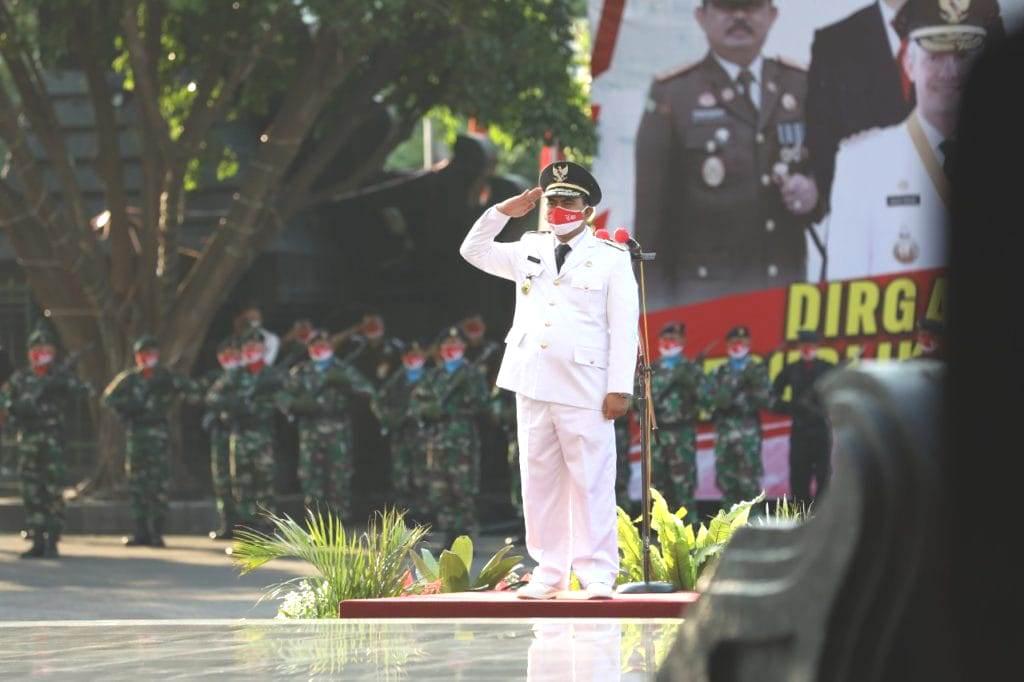 PIMPIN: Wagub Jateng, Taj Yasin Maimoen, saat memimpin upacara HUT ke-76 Kemerdekaan Indonesia di Halaman Kantor Gubernur, Selasa (17/8/2021). (ISTIMEWA/LINGKAR.CO)