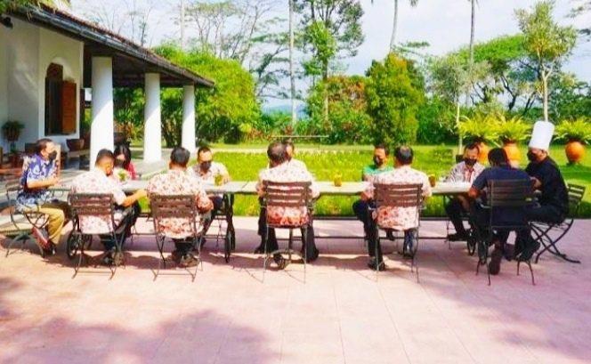 SOLID: Jajaran managemen MesaStila saat melakukan morning briefing dengan prokes ketat di bawah sinar matahari. (ISTIMEWA/LINGKAR)