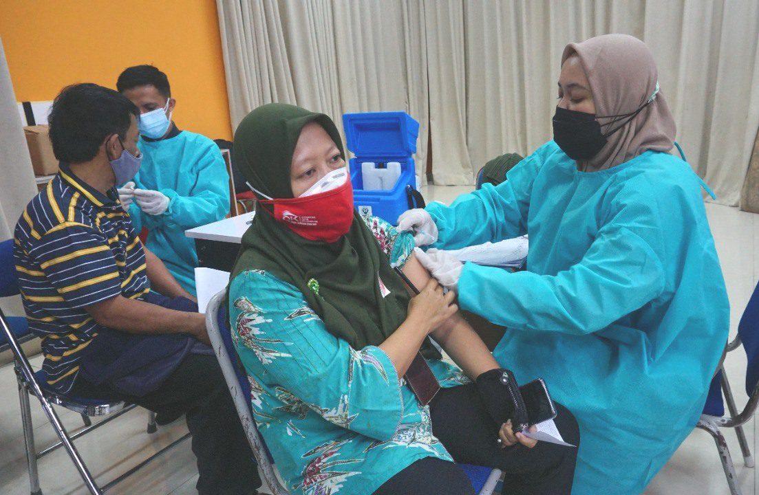 PELAKSANAAN: Vaksinasi bagi warga Kota Semarang beberapa waktu lalu. Kemenkes tegaskan bagi warga tak unya NIK bisa vaksinasi Covid-19. (DINDA RAHMASARI/LINGKAR.CO)
