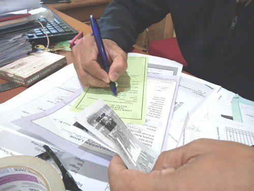 ILUSTRASI: Perangkat Desa Tanjungrejo, Kecamatan Margoyoso sedang mempersiapkan berkas untuk permohonan dari warga yang mengajukan. (IBNU MUNTAHA/LINGKAR.CO)