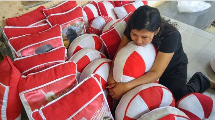 PRODUK: Salah satu warga Desa Kedungbulus Kidul Kec. Gembong Kab. Pati ciptakan Kapuk sintetis dari limbah kain. (ISTIMEWA/LINGKAR.CO)