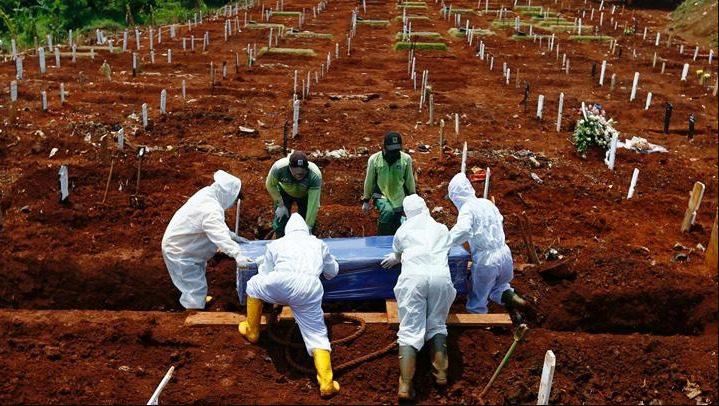 ILUSTRASI: Pemakaman pasien Covid-19. (REUTERS/LINGKAR.CO)