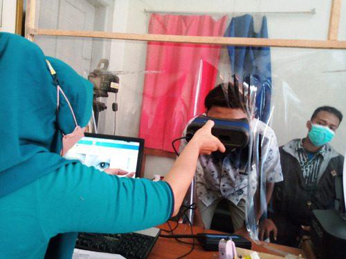 ILUSTRASI: Pemohon berkas kependudukan sedang melakukan perekaman data biometrik pada Kantor Kecamatan Tayu beberapa waktu lalu. (IBNU MUNTAHA/LINGKAR.CO)