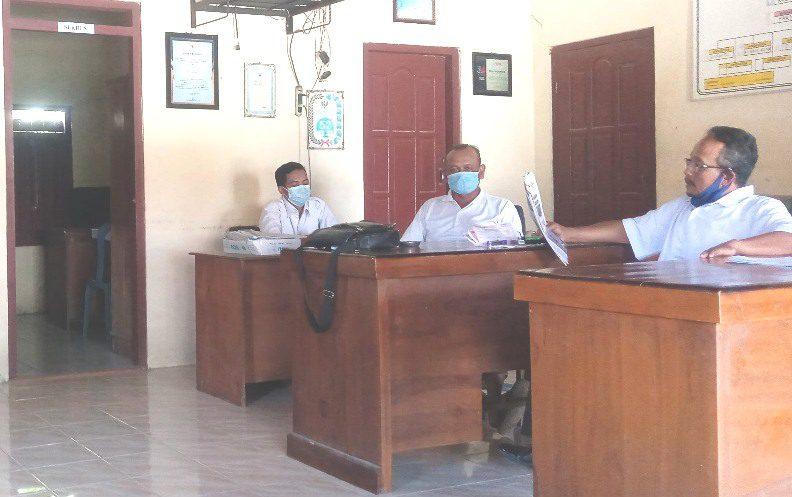 ILUSTRASI: Aktifitas perangkat Desa Tondomulyo, Kecamatan Jakenan pada kantor kepala desa setempat. (IBNU MUNTAHA/LINGKAR.CO)