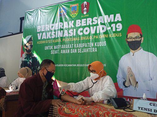 VAKSINASI: Warga sedang mengikuti vaksinasi yang digelar PA GMNI Kabupaten Kudus. (ALIFIA ELSA MAULIDA/LINGKAR.CO)