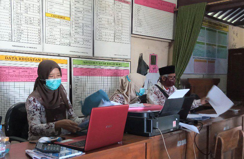 ADMINISTRASI: Suasana pelayanan kantor Kepala Desa Tambahmulyo, Kecamatan Gabus. (IBNU MUNTAHA/LINGKAR.CO)