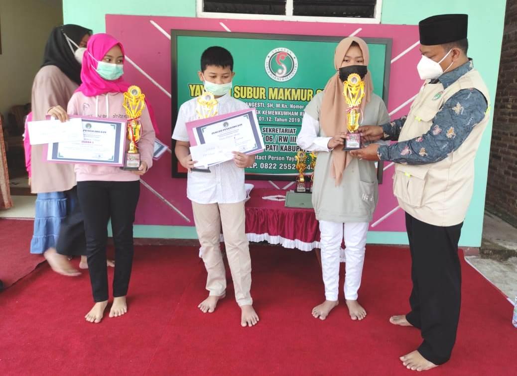 MENYERAHKAN: Ketua Yayasan SMS, Subur Wahyudi saat menyerahkan hadiah kepada Para Pemenang lomba mewarnai gambar online, Minggu (29/8). (ISTIMEWA/LINGKAR.CO)