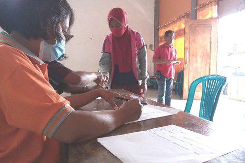 ILUSTRASI: Pemdes Geritan, Kecamatan Pati sedang melayani masyarakat penerima bantuan pada aula balai desa setempat. (IBNU MUNTAHA/LINGKAR.CO)