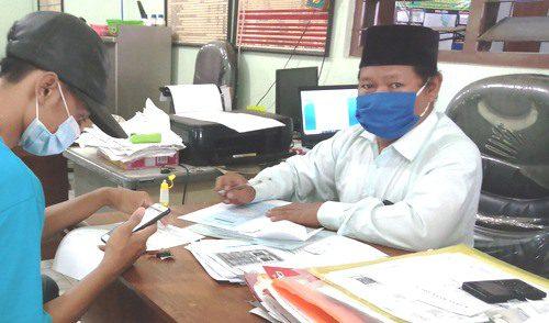 CATAT: Warga sedang melakukan permohonan surat pengantar dari Pemerintah Desa Grobong Lor, Kecamatan Juwana beberapa waktu lalu. (IBNU MUNTAHA/LINGKAR.CO)