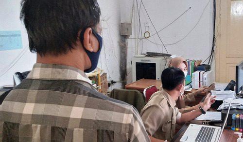 ILUSTRASI: Petugas pelayanan berkas kependudukan kantor kecamatan sedang melayani warga Kabupaten Pati. (IBNU MUNTAHA/LINGKAR.CO)