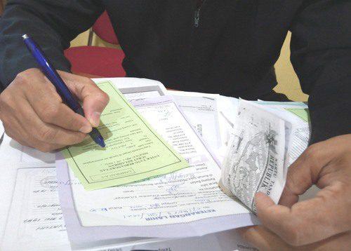 ILUSTRASI: Pemeriksaan berkas pengajuan oleh perangkat desa Kabupaten Pati. (IBNU MUNTAHA/LINGKAR.CO)