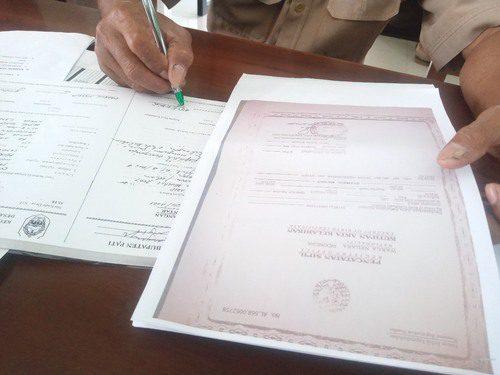 ILUSTRASI: Pembuatan surat pengantar dari desa. (IBNU MUNTAHA/LINGKAR.CO)