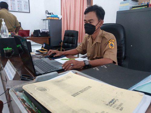 ILUSTRASI: Perangkat Desa Margorejo, Kecamatan Margorejo sedang melakukan aktivitas administrasi desa. (IBNU MUNTAHA/LINGKAR.CO)