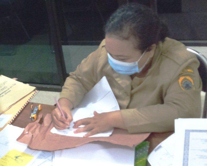 SEKSAMA: Petugas Pelayanan Disdukcapil Pati sedang melayani pemohon. (IBNU MUNTAHA/LINGKAR.CO)