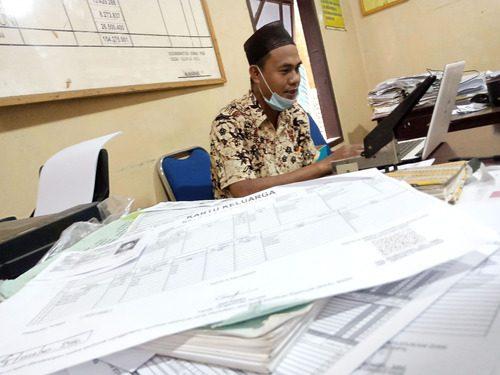 ILUSTRASI: Kopian Data Kependudukan milik masyarakat yang sedang dalam pengumpulan oleh perangkat Desa Ngemplak Kidul, Kecamatan Margoyoso. (IBNU MUNTAHA/LINGKAR.CO)