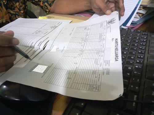 ILUSTRASI: Pemdes Sekarjalak, Kecamatan Margoyoso sedang melakukan pencatatan data kependudukan warganya. (IBNU MUNTAHA/LINGKAR.CO)