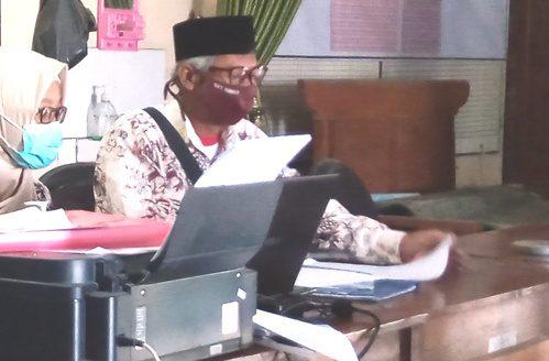 ILUSTRASI: Aktivitas perangkat Desa Tambahmulyo, Kecamatan Gabus pada kantor kepala desa setempat. (IBNU MUNTAHA/LINGKAR.CO)