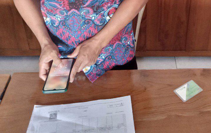 ILUSTRASI: Perangkat Desa Tegalarum, Kecamatan Jaken sedang mempersiapkan gawainya untuk melakukan verifikasi pada berkas kependudukan yang sudah ada Tanda Tangan elektroni (TT-e) nya. (IBNU MUNTAHA/LINGKAR.CO)