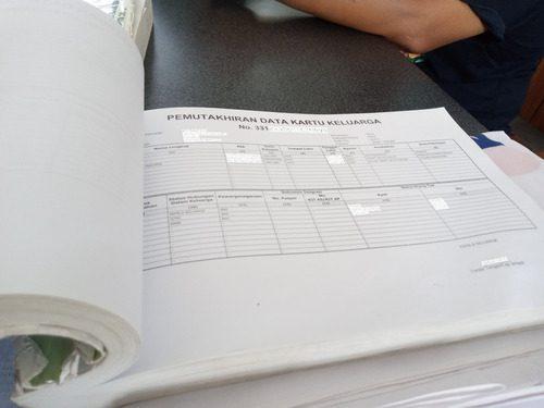 ILUSTRASI: Berkas Pemutakhiran Data Kependudukan. (IBNU MUNTAHA/LINGKAR.CO)