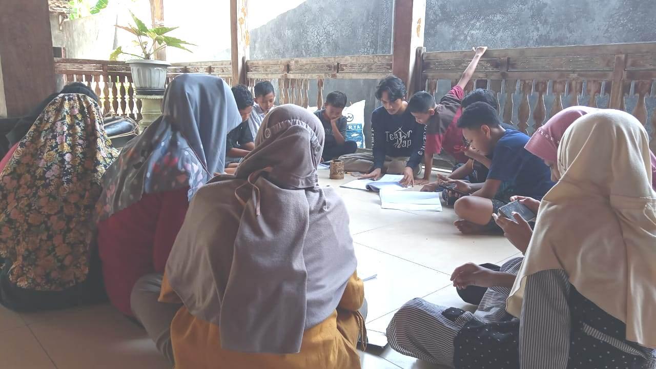 AKTIVITAS: Erza, pemuda pelopor Pati mendampingi sejumlah anak-anak kembangkan seni mandeling. (ISTIMEWA/LINGKAR.CO)