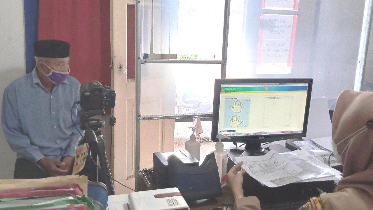 INPUT: Petugas administrasi kantor kecamatan Kabupaten Pati sedang melakukan perekaman data kependudukan. (IBNU MUNTAHA/LINGKAR.CO)