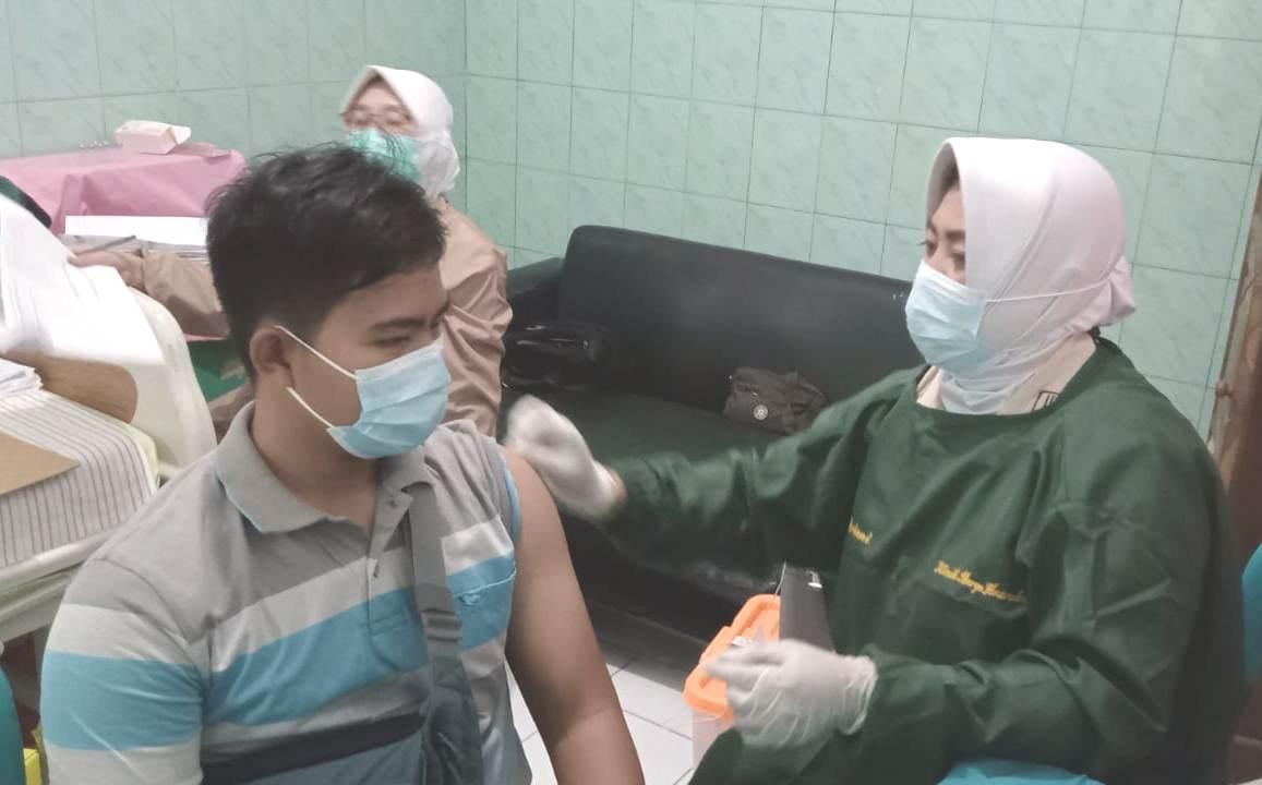 PROSES: Vaksinasi tahap kedua yang dilaksanakan oleh Rumah Sakit Marga Husada bekerjasama dengan Kodim Kabupaten Pati, Senin (02/8/21). (PRIE LINGKAR TV/LINGKAR.CO)
