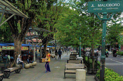ILUSTRASI: Warga beraktivitas di kawasan wisata Malioboro, Yogyakarta. (ANTARA/LINGKAR.CO)